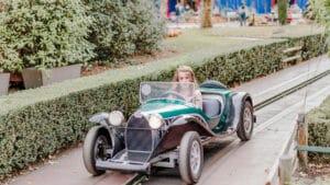 נסיעה במכונית עתיקה