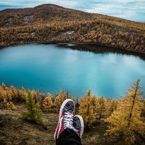 לשבת מול האגם